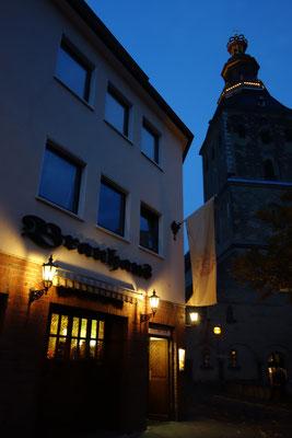 """Accanti alla chiesa si trova una birreria famosa """"Die Schreckenskammer"""", trad. camera di terrori"""