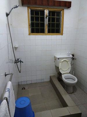 Blick in die Toilette und Dusche im Mädchenwohnheim der Junior High School