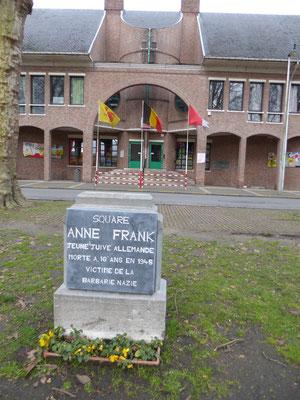 Doornik - Anne Frank-plein met daarachter de basisschool van de Avenue Leray