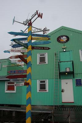 Ukrainische Basestation Vernadsky mit wegweiser