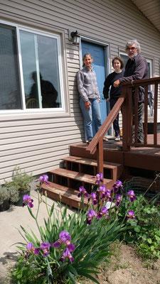 Ruth mit Tochter Maria und Alois auf der Veranda vor dem Haus