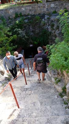 Anschauen dürfen wir uns die unterirdische Cenote, aber nicht baden.