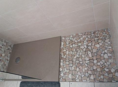 Albertus rénovation salle de bain à La batie neuve - 05230 Hautes Alpes carrelage galets douche de plain-pied