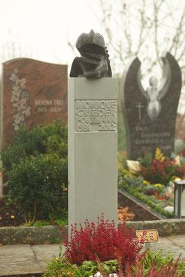Donnervogel aus Bronze, Grabstein