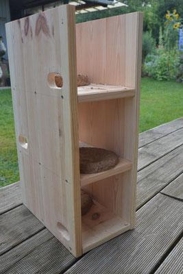 Selbstgebauter Dreifachkasten an der Seite und oben noch offen. Im Inneren befinden sich vorgefertigte Nistmulden aus Lehm. So müssen die Segler nicht mühsam Material aus der Luft sammeln.