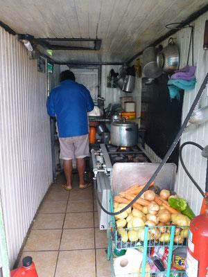 Der Schiffskoch in seiner kleinen, heissen Küche