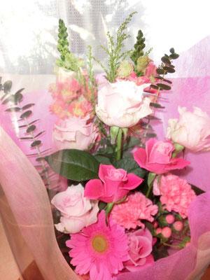 ピンク系の花束(バラ、スナップ、ユーカリなど)