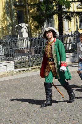 in historischer Uniform auf der Festungsanlage