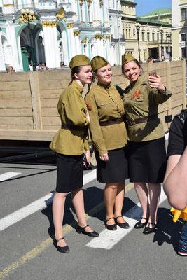 3 Mädchen in historischer Uniform