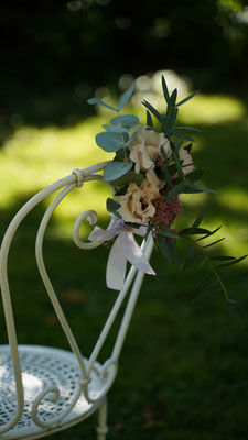 Décoration florale cérémonie laïque en extérieur : chaises des mariés
