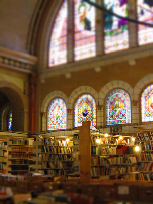 Schallplatten- und Bücherladen in einer alten Kirche.