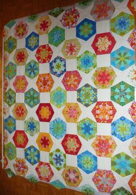 Die langen Streifen sind genäht (Hexagons warme Farben + Quadrate), (Hexagons kalte Farben + Kaleidoskopblock).