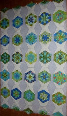 Die Hexagons in den kalten Farben haben schon die Kaleidoskop Elemente dran.