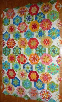 Die Randteile und die Hexagons in warmen Farben sind dazu gekommen.