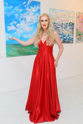 Künsterlin Juliane Golbs vor ihren Kunstwerken