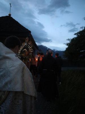 Nach der Pfingstvigil im Franziskanerkloster Näfels gab es eine Prozession mit dem Allerheiligsten.