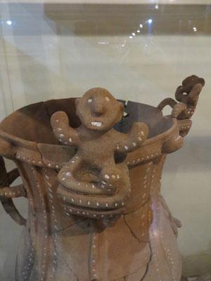 Auf einigen Urnen gab es kleine Figuren.