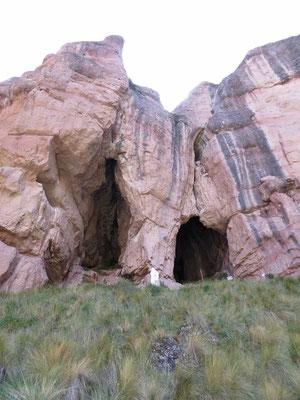 Die Kirche ist in der rechten Höhle.