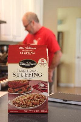 Der Koch bei den Vorbereitungen, im Vordergrund das berühmte Stuffing.