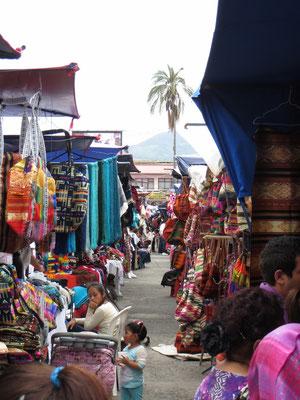 Auf dem farbenfrohen Markt in Otavalo.