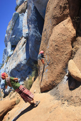 Sarah beim Klettern, Painting Rocks