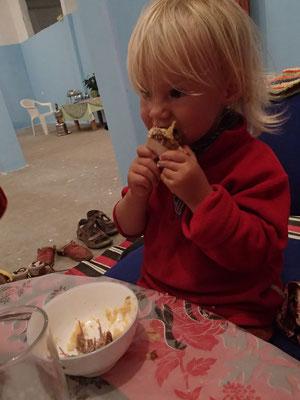 Sarah beim Cous-Cous Essen, Imouzlag