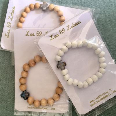 Bracelets perles bois naturel et blanc avec croix céramique 10€ l'unité