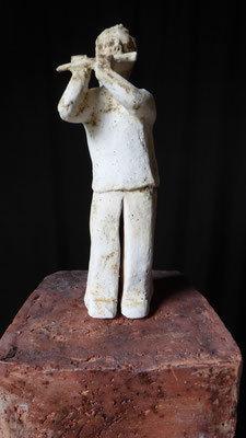 Kleine Fluitist, hoogte 19,5 cm, rode chamotteklei 0-1 mm, glazuurbrand 1060 `C