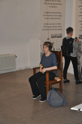 """Foto: Renate Hojas, 2019 ©  Sesselskulptur mit Sprachnachricht """"Stephan*ie Hollenstein und Kamerad*innen"""""""