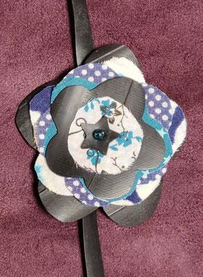 fleur de botte ou bracelet dans les tons bleu et blanc.