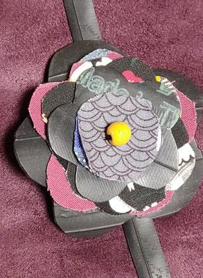 fleur de botte ou bracelet dans les tons rose et gris