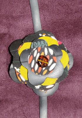 fleur de botte ou bracelet dans les tons jaune.