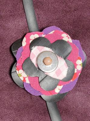 fleur de botte ou bracelet dans les tons rose et violet.