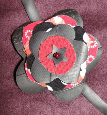 fleur de botte ou bracelet dans les tons rouge.