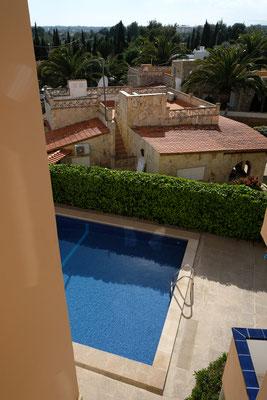 Blick aus dem 2. Stock auf den Pool.