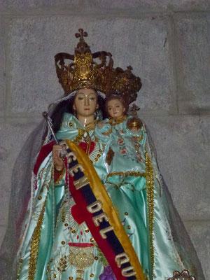 Quito - on habille les statuts dans les églises