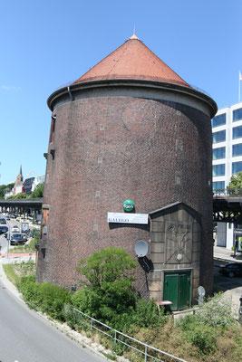 """Das Restaurant """"Tasquinha Galego"""" ist in einem denkmalgeschützten Bauwerk, einem Turm, untergebracht. Das Restaurant zwischen dicken Turmmauern serviert traditionelle portugiesische Hausmannskost."""