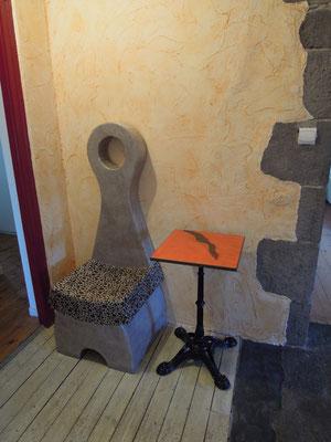 Guéridon en lave émaillée sur pied en fonte, de bar Clermontois,  authentique, celui-ci n' est pas à vendre