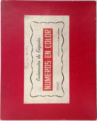 """Tapa de la caja de cartón para alojar los """"NÚMEROS EN COLOR"""", con el nombre del propietario Paco de Bello"""