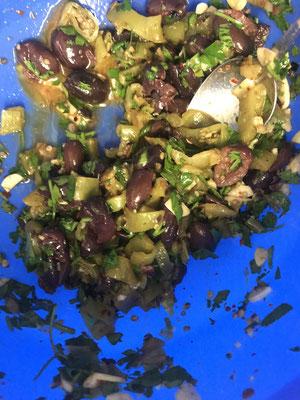 oouuu auch eine vitabombe !! gegrillte spitzpaprika mir entkernten oliven knroblauch......