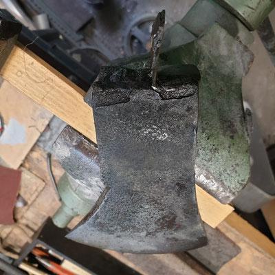un fer sonne creux et semble ne plus etre trempé. Il est completement fissuré