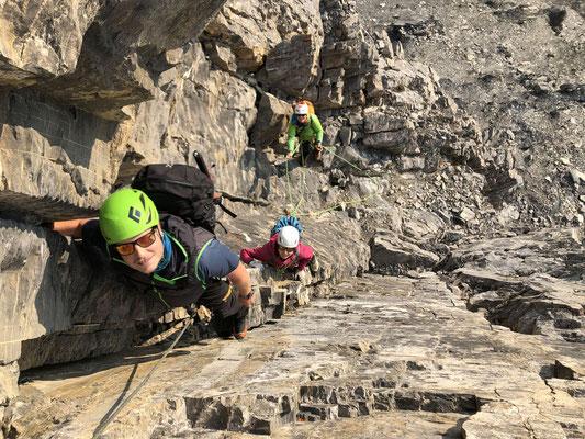 Chrigel, Jil und Nicola freuen sich an der griffigen, steilen Kletterei.