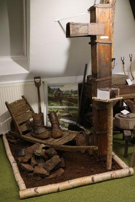 Moorecke im Richard-Brandt-Heimatmuseum Wedemark mit der hölzernen Pumpe aus dem Lichtenmoor