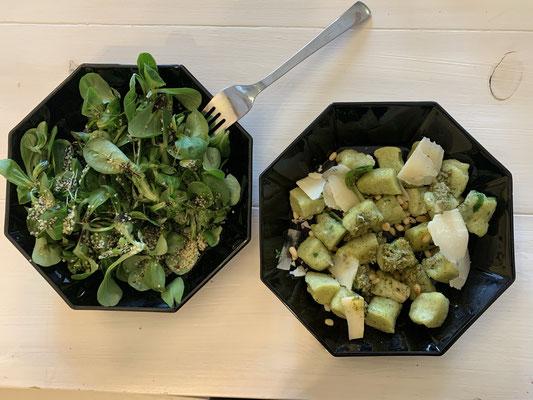 Bärlauch-Schupfnudeln mit Salat