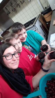 Astrid, Joel und Samuel gönnen sich ein Gläschen Kirschsaft