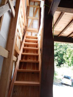 手造り階段、以前は床の間と押入のスペースでした。