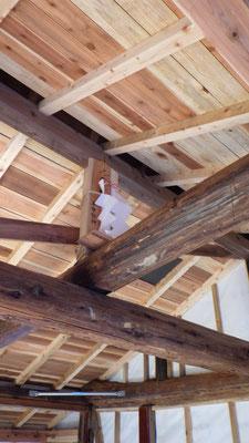 屋根裏には手作りの「幣束」を飾りました。