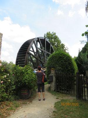 das Schwalheimer Wasserrad aus dem Jahr 1745 hat ein ursprünglich 886 m langes, heutzutage noch 125 m langes funktionsfähiges Schubgestänge