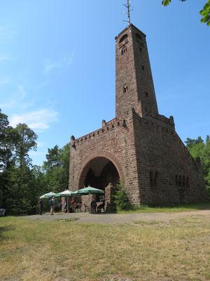 Der Bismarckturm mit seiner kleinen Turmbewirtschaftung des Drachenfelsvereins ist erreicht