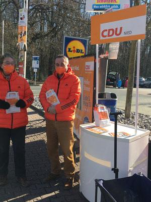 Marita Schäfer und Peter Klonecki auf Wahlkampftour am Lidl.
